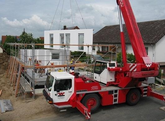 Haus in Fertigteil-Bauweise aufstellen