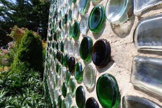 Kunsstoffflaschen und Glasflaschen als Baustoff