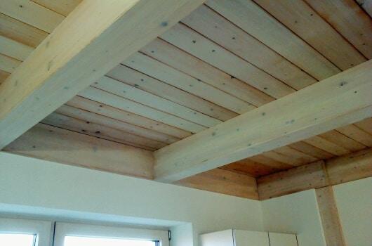 Holzbalkendecke als Zwischendecke im Holzhaus
