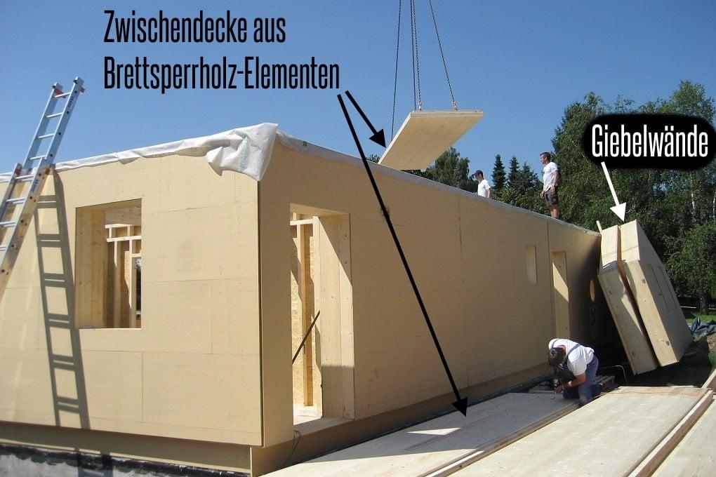 Montage der Zwischendecke aus Brettsperrholz am Holzrahmenhaus