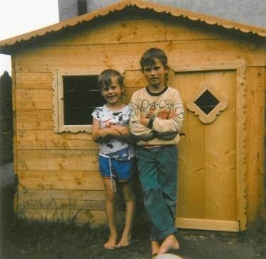 selbst gebautes Kinderspielhaus aus Holz