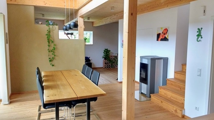 Blick auf Essbereich und Trennwand mit Lehmputz in unserem günstigen Haus