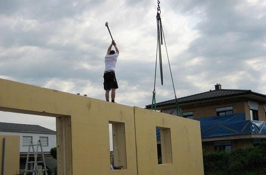 Ein Zimmermann baut Holzhäuser